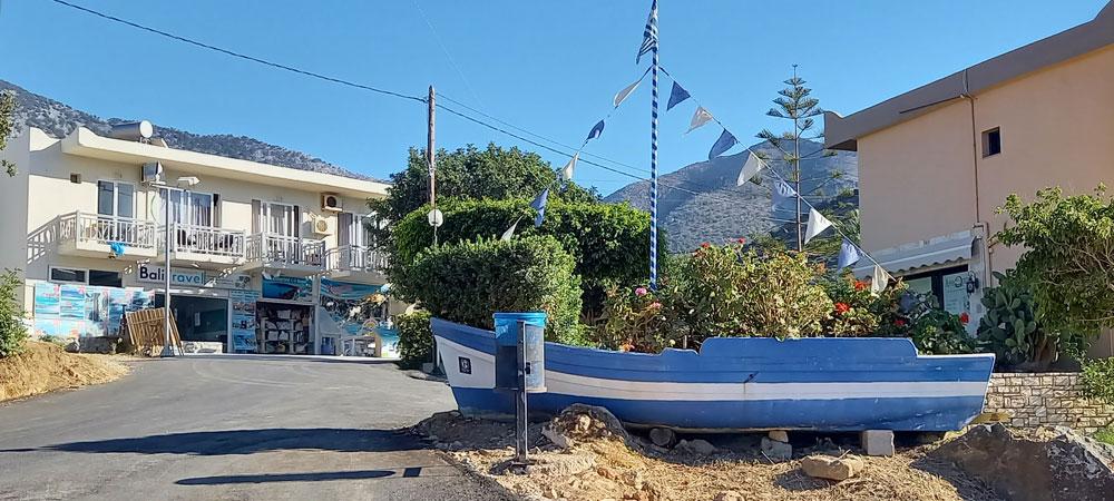 weiß blaues Boot mit Fähnchen - Dekoration in der Ortsmitte von Bali