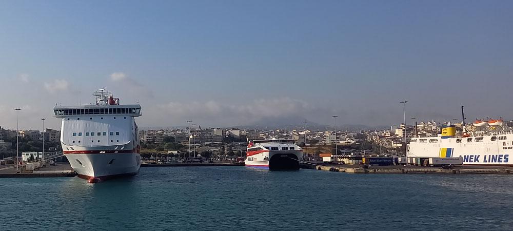 Blick von der Fähre aus auf den Fährhafen in Iraklio