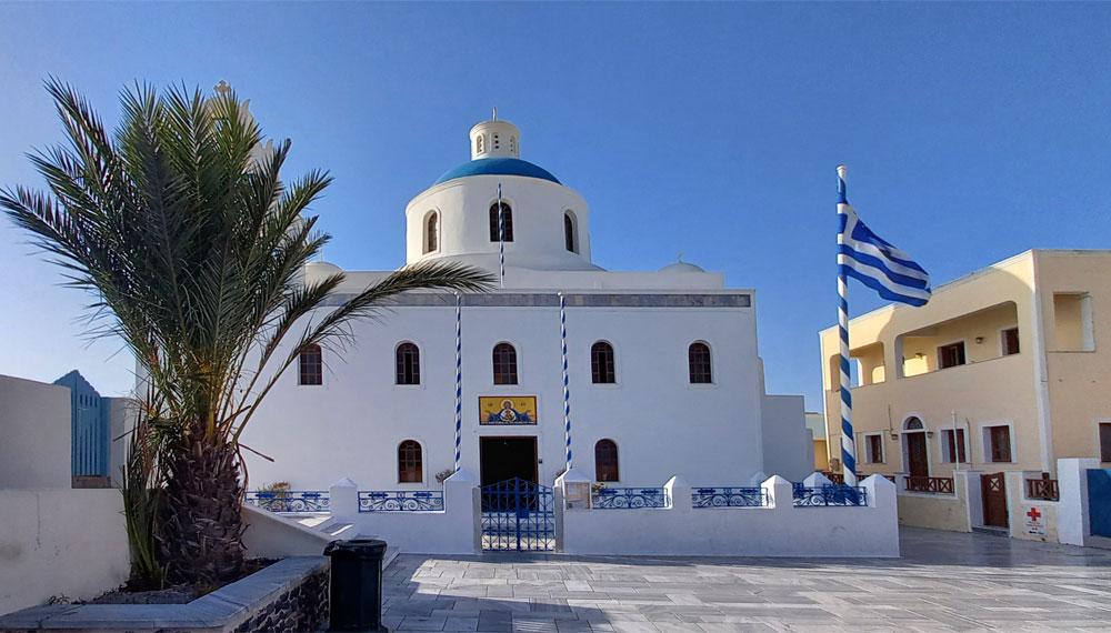 Die griechische orthodoxe Kirche Panagia Platsani in Oia