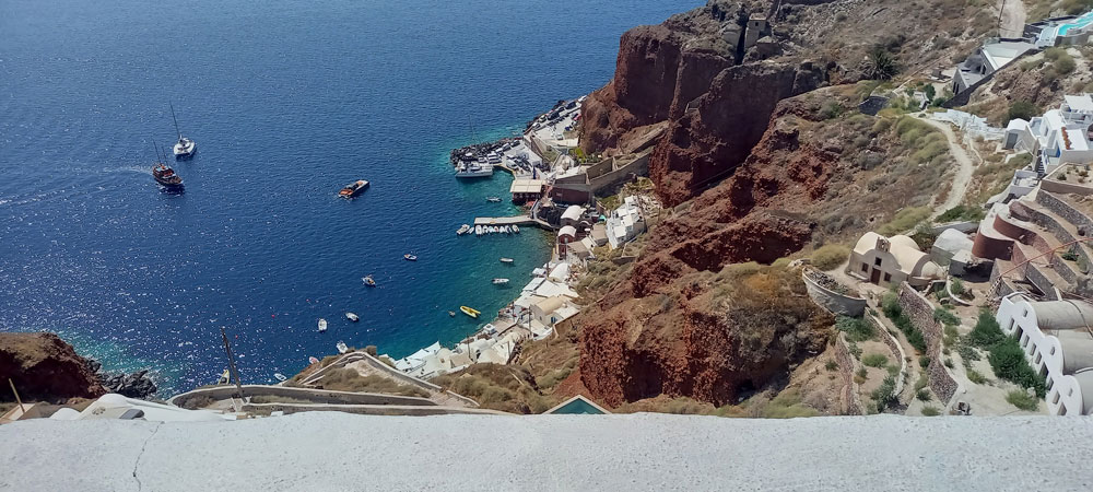 Blick auf den Hafen von Ammoundi in Oia