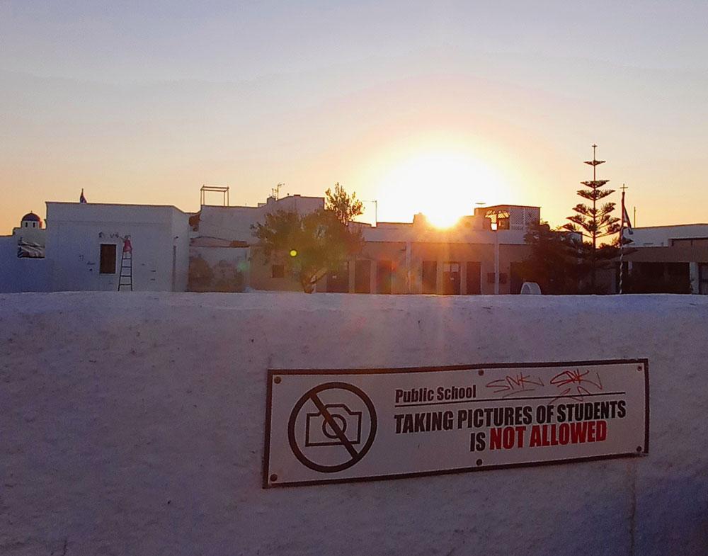 """""""Schüler fotografieren verboten""""- Schild auf einer Mauer vor der Gundschule in Oia"""