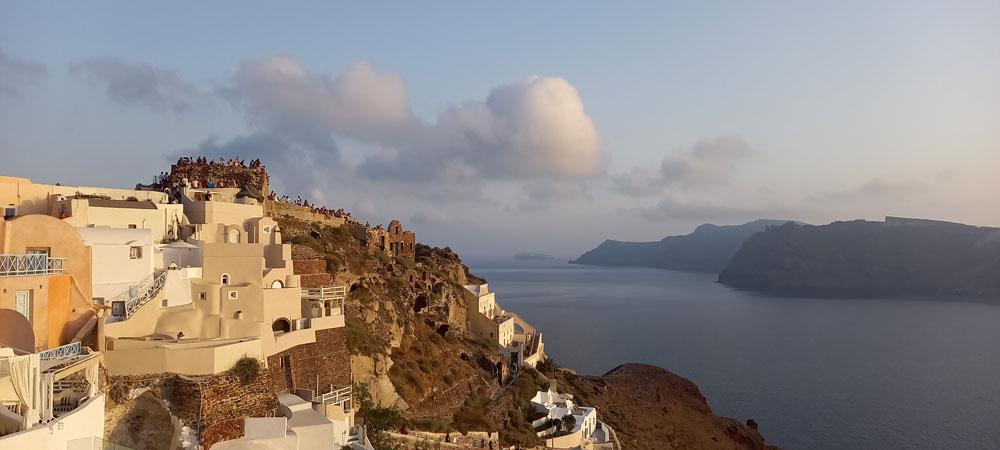 Klippe von Oia auf der griechischen Insel Santorin