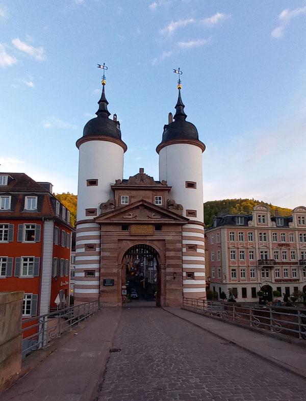 Das Brückentor der alten Brücke in der Heidelberger Altstadt