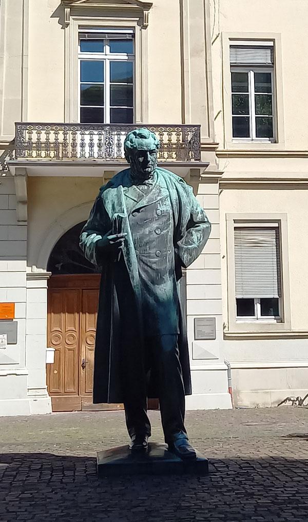 Denkmal für Robert W. Bunsen vor dem Psychologischen Institut im Friedrichsbau