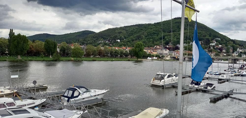 Yachten am Neckarufer mit Blick auf den Ochsenkopf