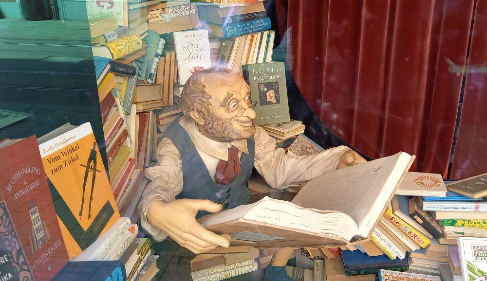 Bücherwurm im Schaufenster eines Ladengeschäfts