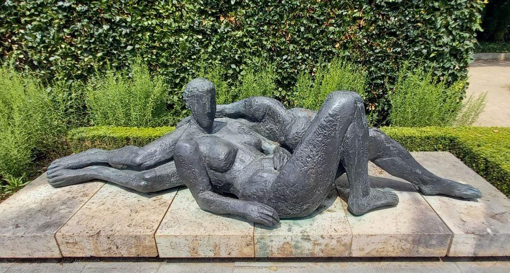 """Im Skulpturengarten - Skulptur """"Befreiung"""" von Lutz Hellmuth"""