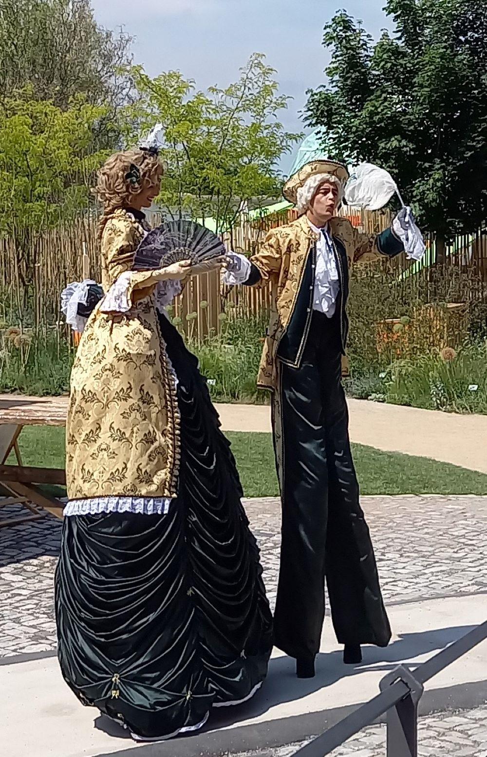 Stelzenläufer in Renaissance-Kostümen am Standort Petersberg