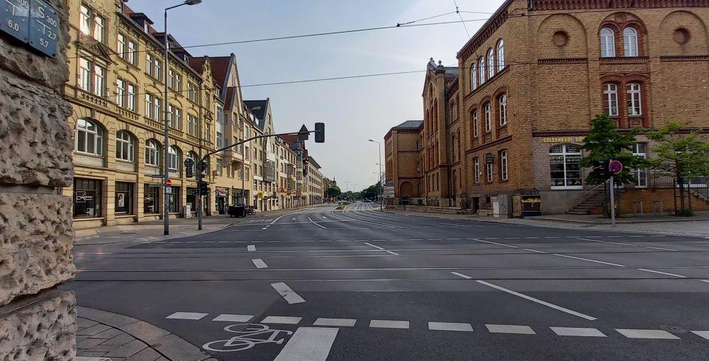 Eine Straßenkreuzung in Erfurt in der Nähe des Hauptbahnhofs