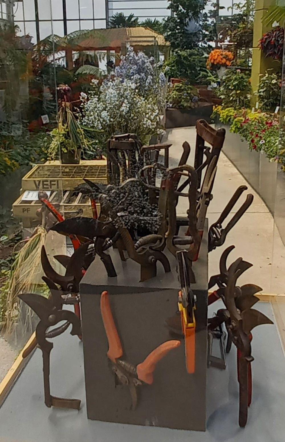 Skulptur Alte Gartenscheren in einer Halle