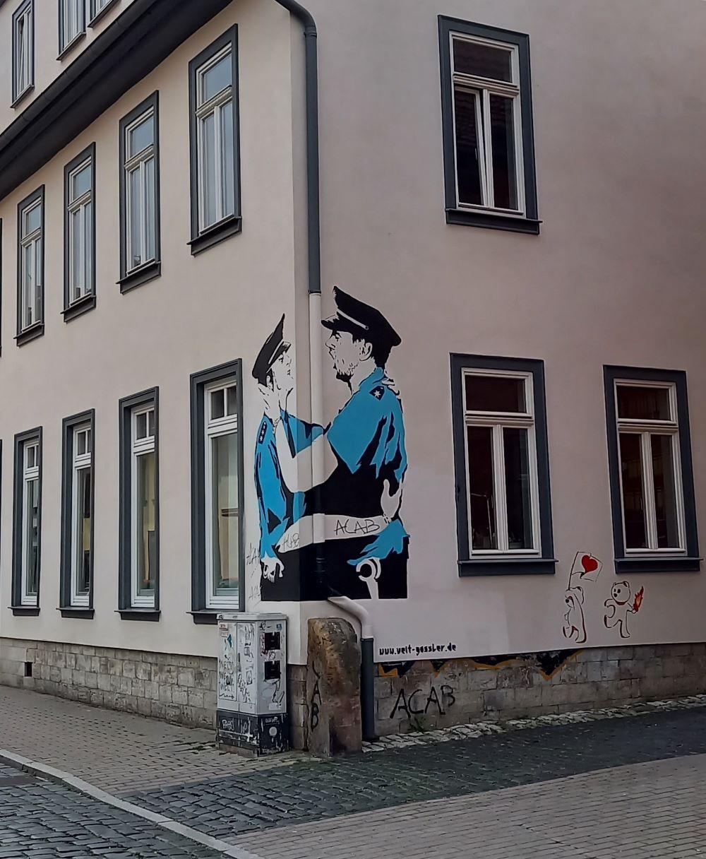 """""""Streetart"""" - Polizisten an einem Eckhaus in der Pergamentergasse in Erfurt"""