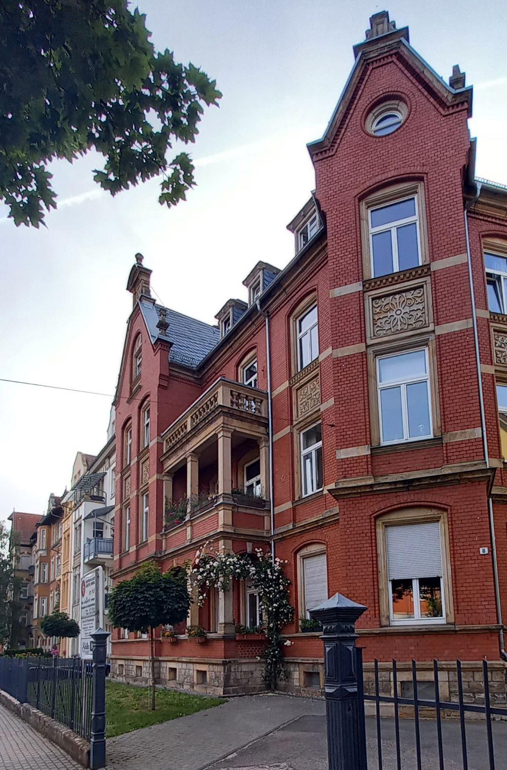 Roter Altbau in der Schillerstraße in Erfurt