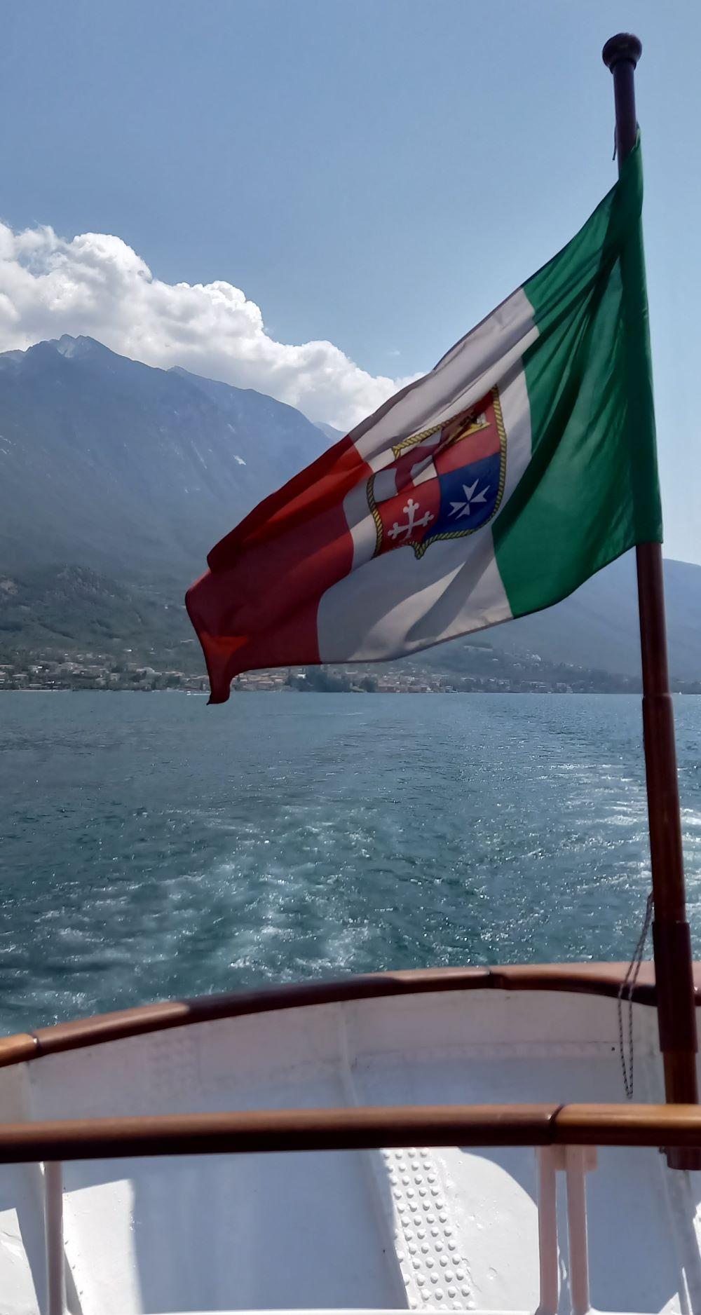 italienische Flagge auf einer Fähre