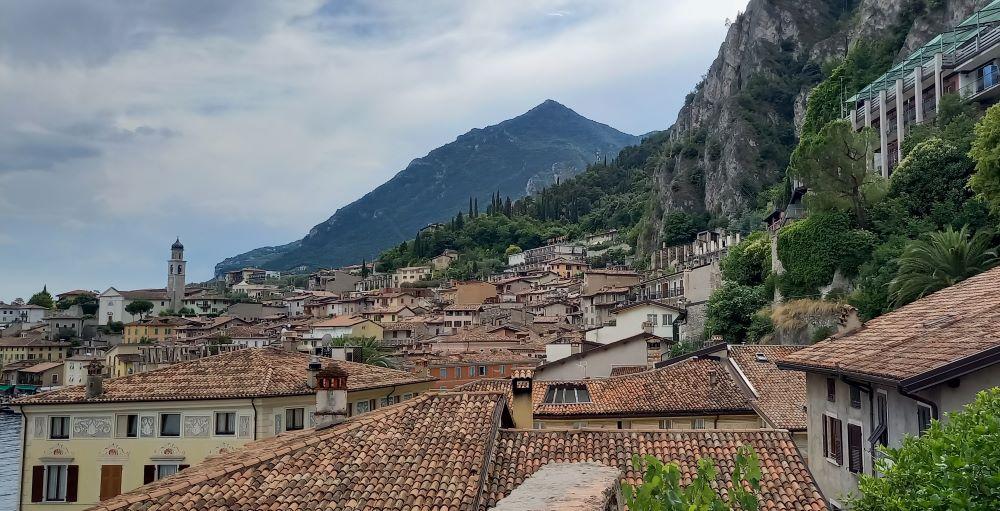 Blick auf die Dächer von Limone sul Garda