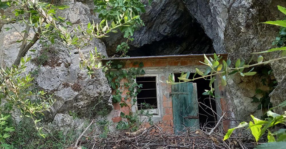 verfallenes Häuschen in einem Felsvorsprung in Limone