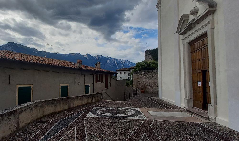 Platz vor der Kirche San Rocco in Limone