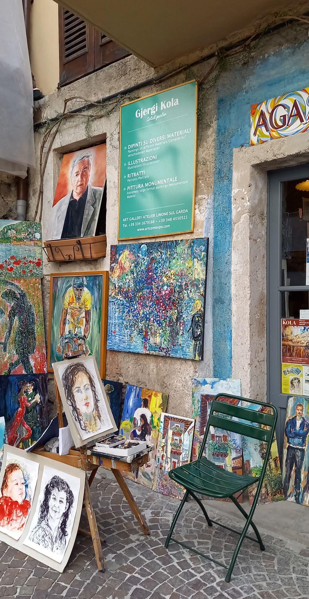 Atelier des Malers Gjergj Kola  in einer Gasse in Limone