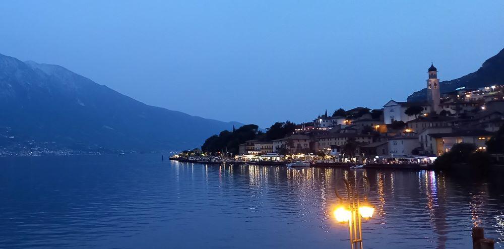 Blick auf die beleuchtete Seepromenade von Limone