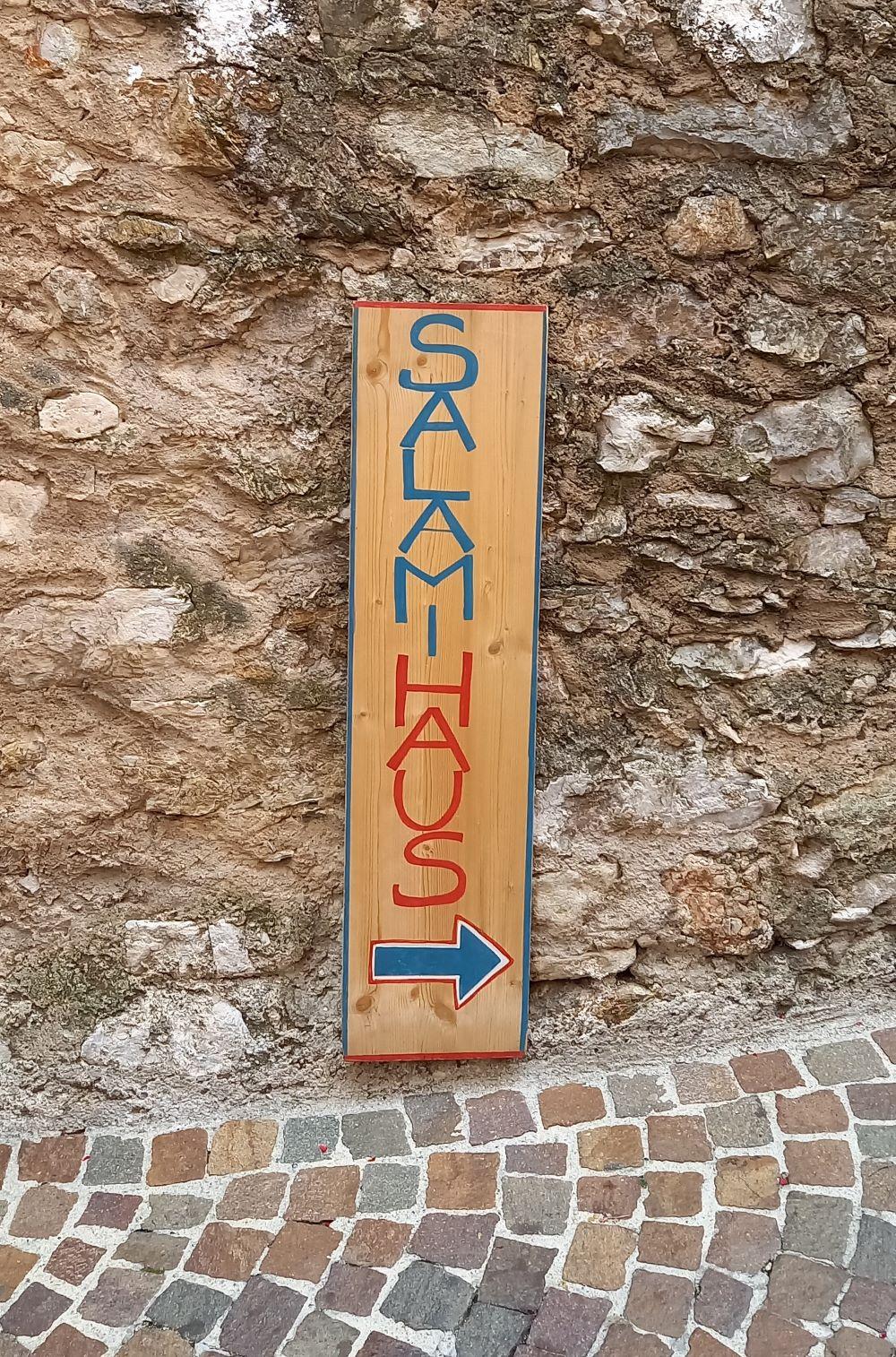 Hinweisschild zum Salamihaus in den Gassen von Limone