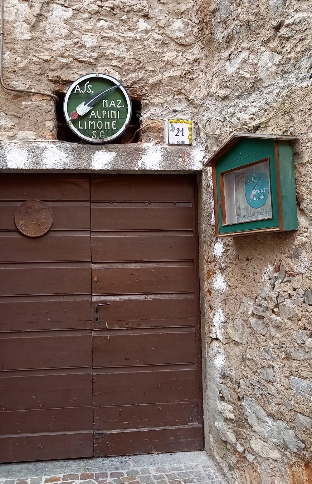 Holztür eines Vereinsheims in Limone
