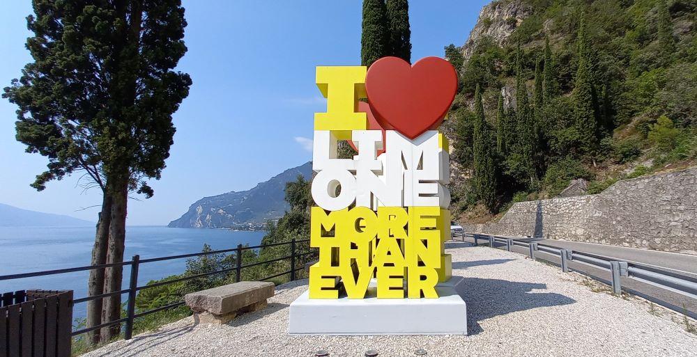 "Skulptur ""I love Limone more than ever"" an der Straße am Ortseingang"
