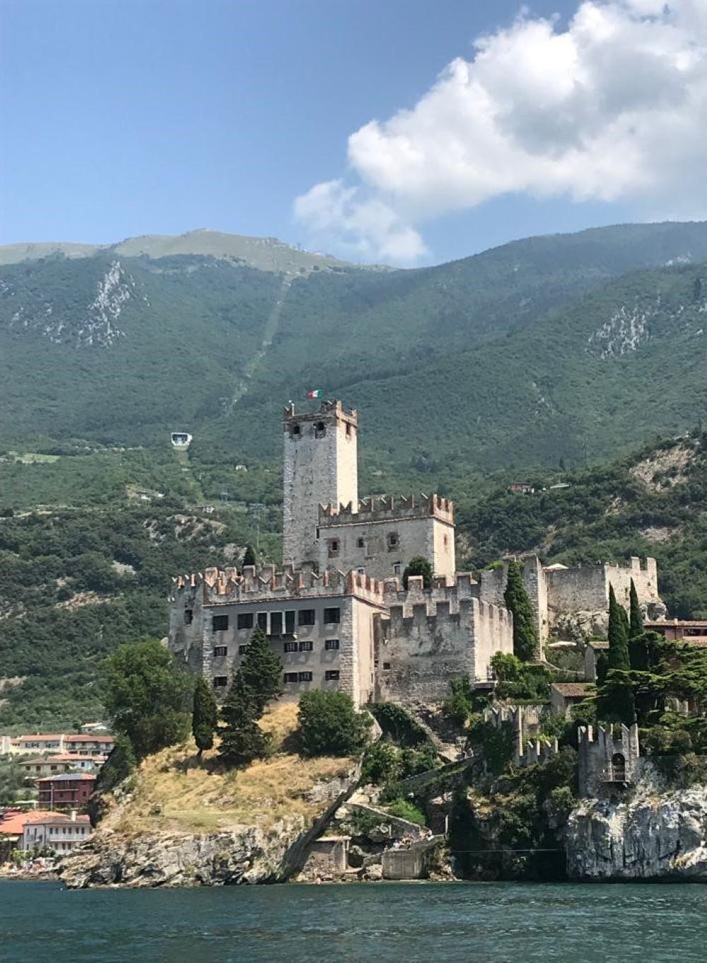 Scaligerburg in Malscesine vor dem Monte Baldo - links neben dem Turm die Seilbahn(Funivia Malcesine)