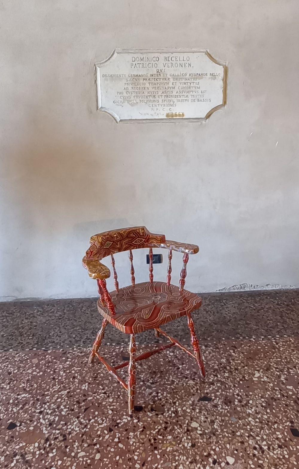 roter Mosaik-Stuhl im Erdgeschoss des Palazzos