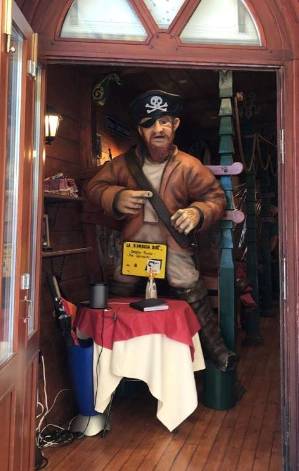 Piratenfigur vor einem Restaurant