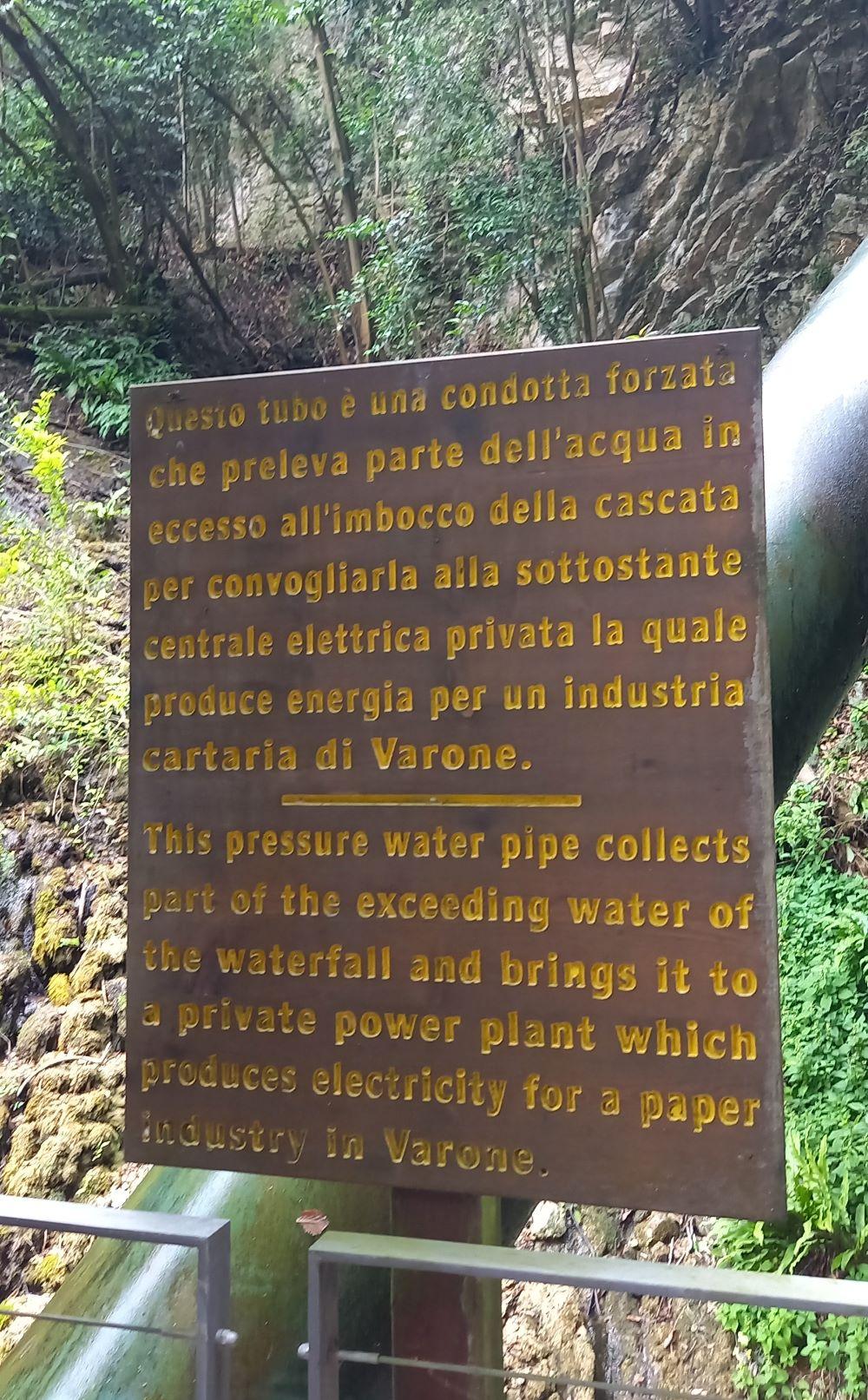 """Hinweistafel Druckwasserleitung - Diese Druckwasserleitung sammelt das überschüssige Wassers des Wasserfalls und führt es zu einem privaten Kraftwerk, das Strom für eine Papierindustrie in Varone produziert"""""""