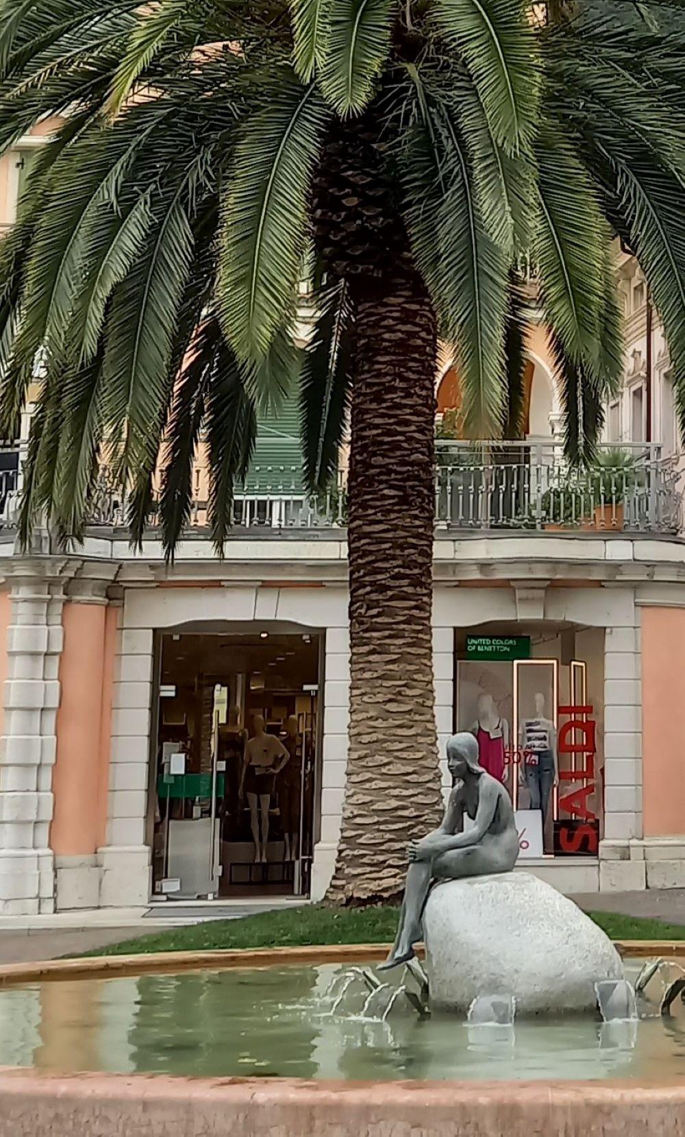 Brunnen und Palme in der Innenstadt von Riva del Garda