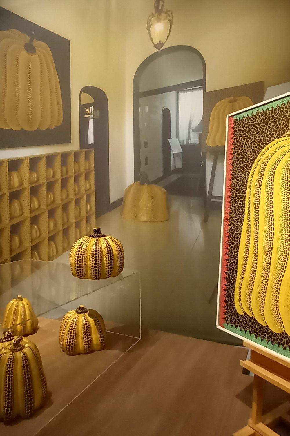 Kürbisraum - Installation von Yayoi Kusama im Martin Gropius Bau