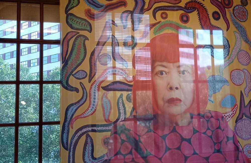 Transparent mit einem Porträt von Yayoi Kusama im Martin Gropius Bau