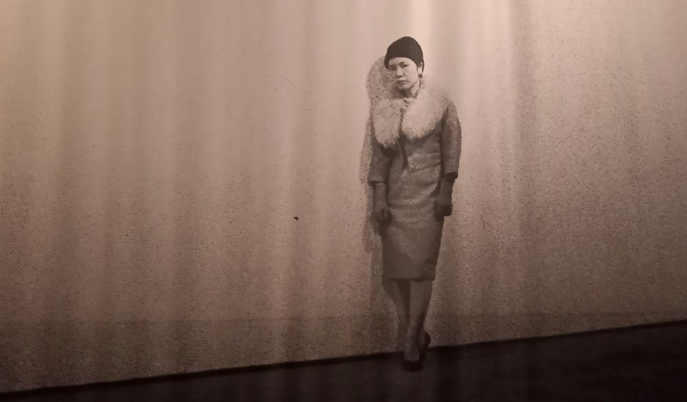 Foto der damals 23 jährigen Künstlerin Yayoi Kusama bei Ihrer ersten Ausstellung