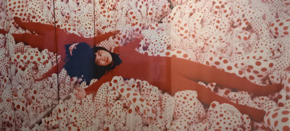 Yayoi Kusama in Ihrem Spiegelraum in der Castellane Gallery New York, 1965