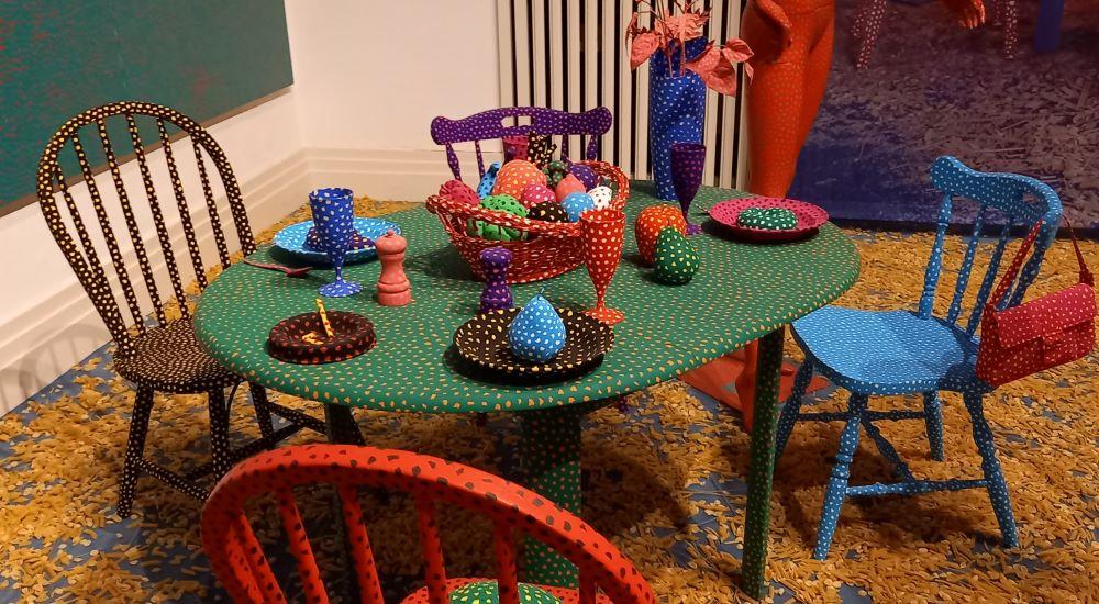 Dressing Table - Skulptur von Yayoi Kusama blau Schaufensterpuppe mit Punkten - Skulptur von Yayoi Kusama aus der Serie Love Forever von 1990