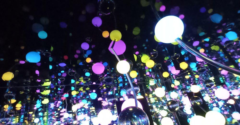 Infinity Room mit leuchtenden Punkten von Yayoi Kusama im Martin Gropius Bau