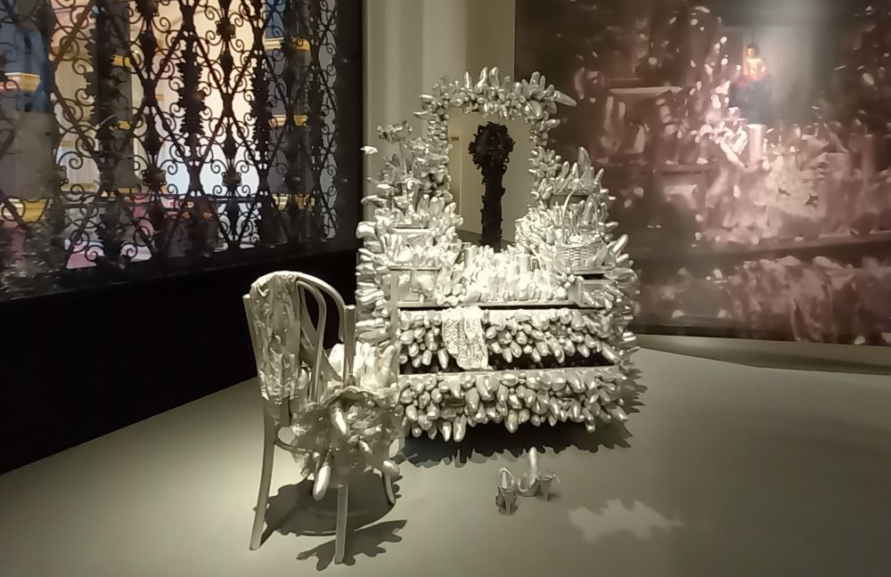 silbernes Sofa - Installation von Yayoi Kusama im Martin Gropius Bau